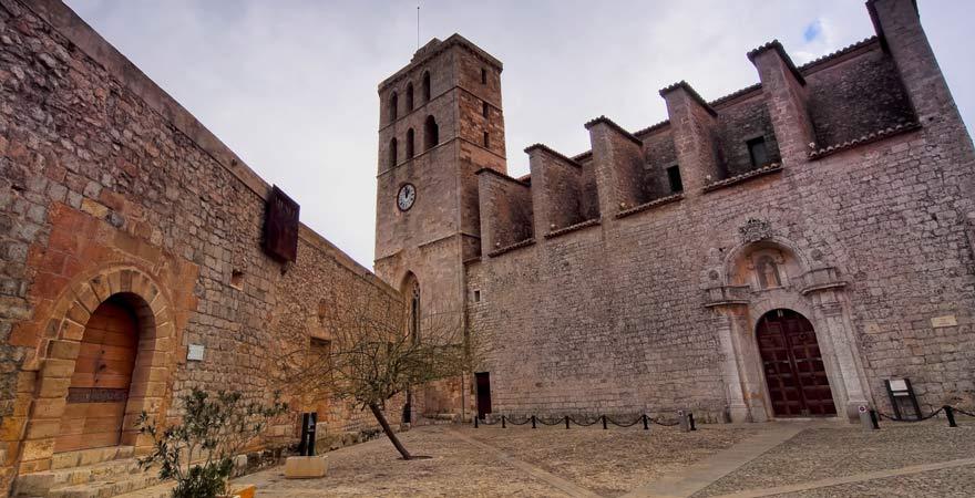 Die Kathedrale Santa Maria de las Nieves ist eine schöne Sehenswürdigkeit in Ibiza-Stadt