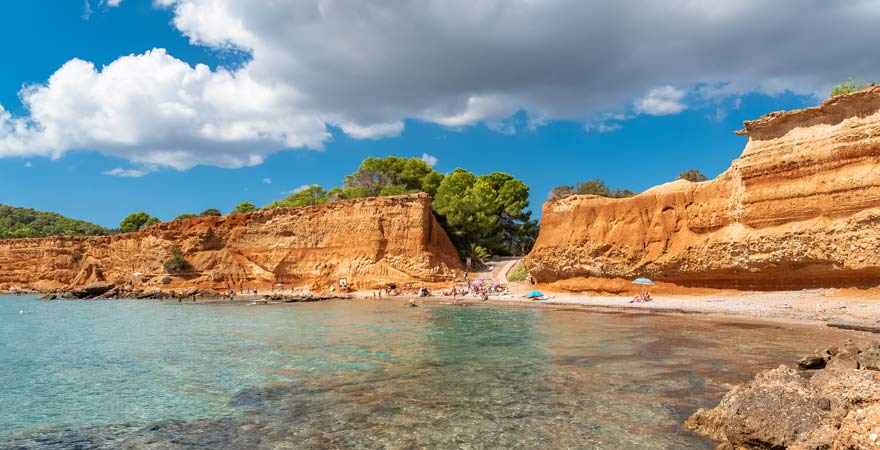 Der Strand von Sa Caleta ist ein Muss unter den Sehenswürdigkeiten auf Ibiza