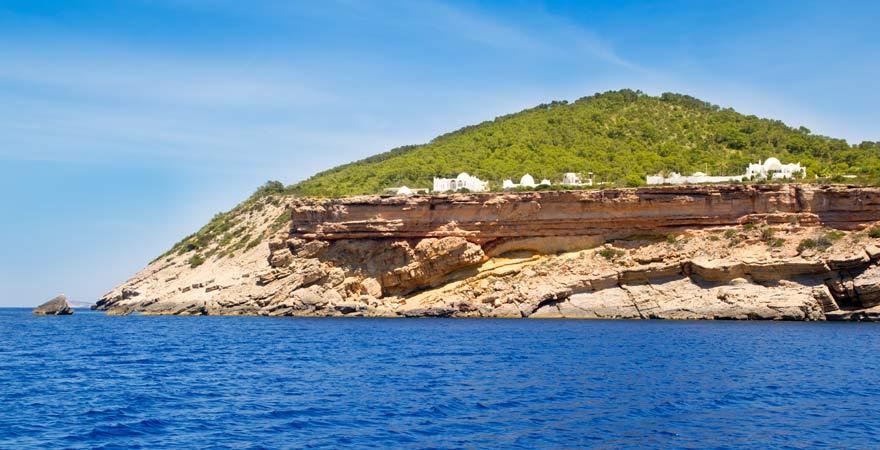 Auf den Sa Talaia, den höchsten Berg Ibizas, könnt ihr hinauf wandern