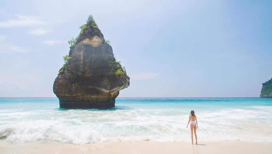 Auf der Nachbarlinsel von Bali, Nusa Penida, erwartet euch am Suwehan Beach strahlend weißer Sand