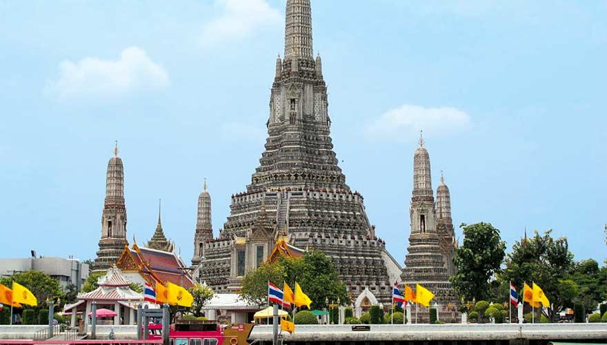 Die Sehenswürdigkeit Wat Arun in Bangkok ist schon von Weitem zu sehen