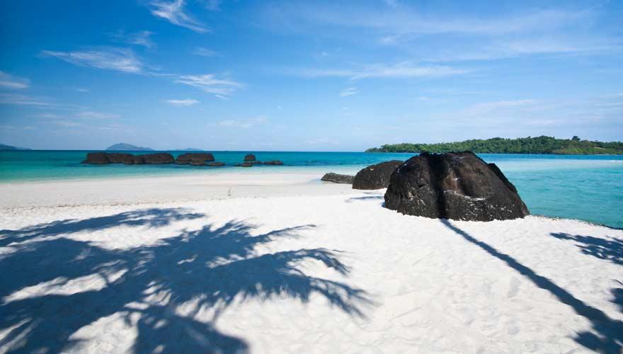 Weißer Strand auf der thailändischen Insel Koh Kham