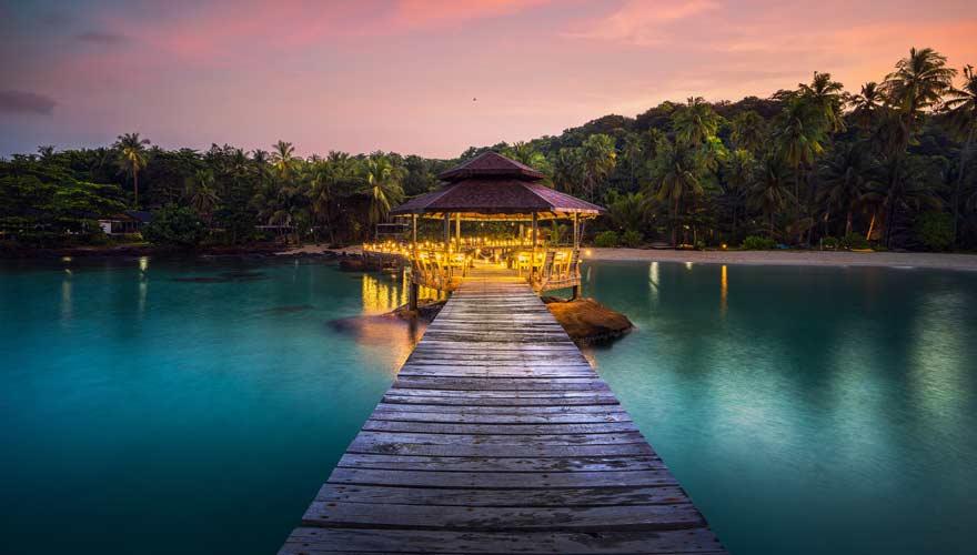 Malerischer Pavillion im Wasser vor der thailändischen Insel Koh Mak