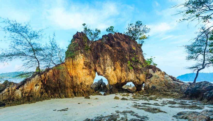 Schöner Fels in Form eines Büffels auf Koh Phayam in Thailand
