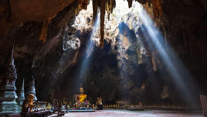 Goldene Buddhas und eine tolle Atmosphäre erwarten euch bei einem Ausflug nach Phetchaburi ab Hua Hin
