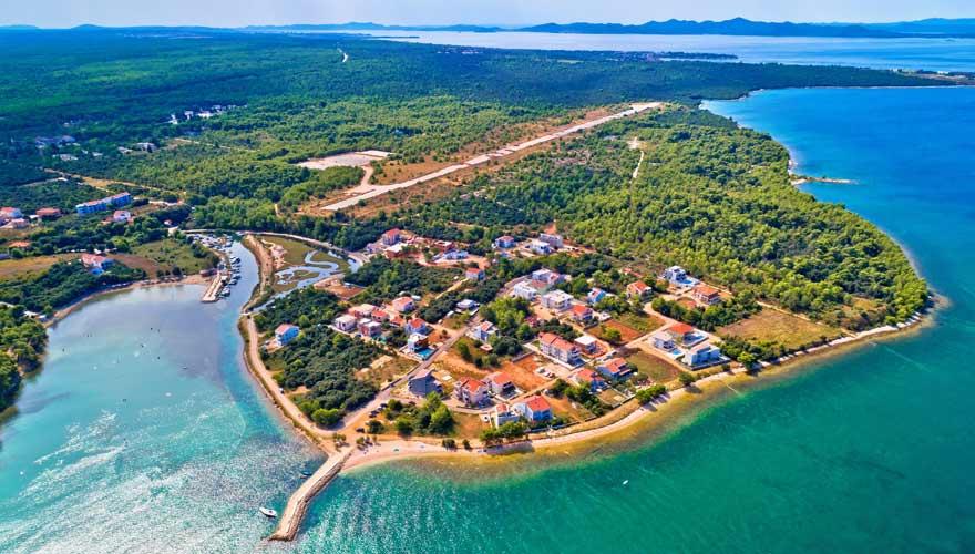 Luftbild vom Strand von Zaton, Kroatien