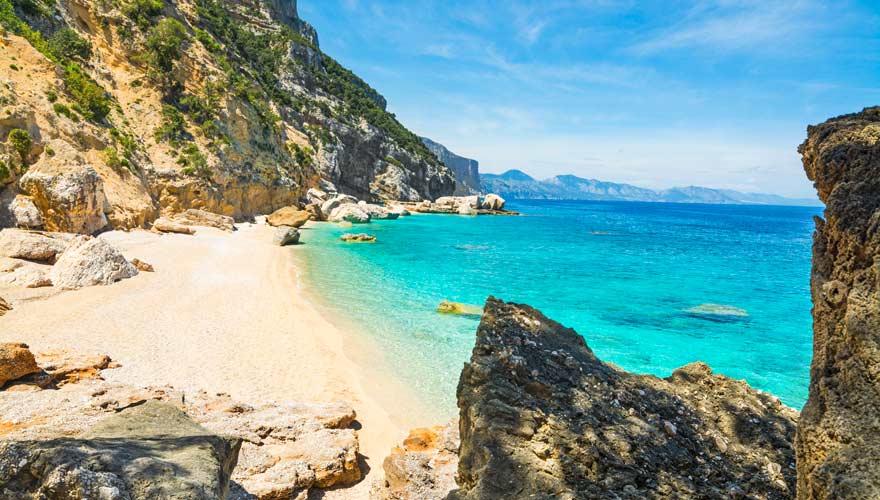Cala Mariolu auf Sardinien: ein herrlicher naturbelassener Strand.