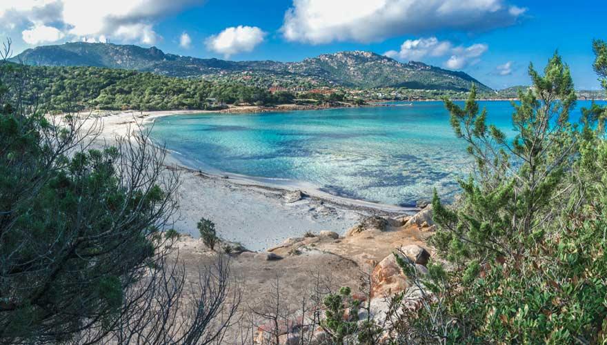 Ein herrlicher Sandstrand ist der Grande Pevero auf Sardinien