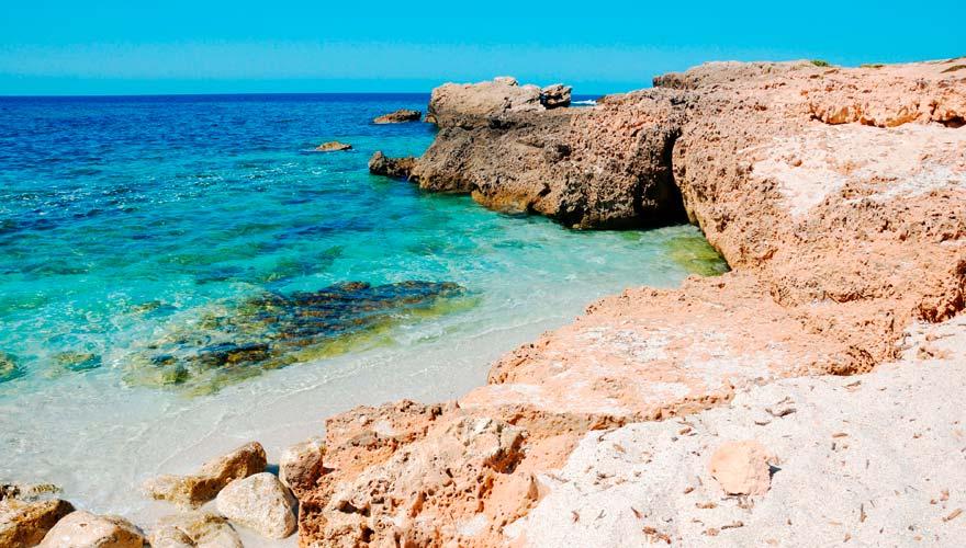 Ein besonders schöner Strand auf Sardinien ist der Is Artuas mit seinen bunten Quarzkieseln