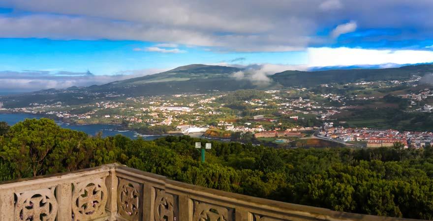 Ausblick vom Monte Brasil auf Angra do Heroismo, Terceira