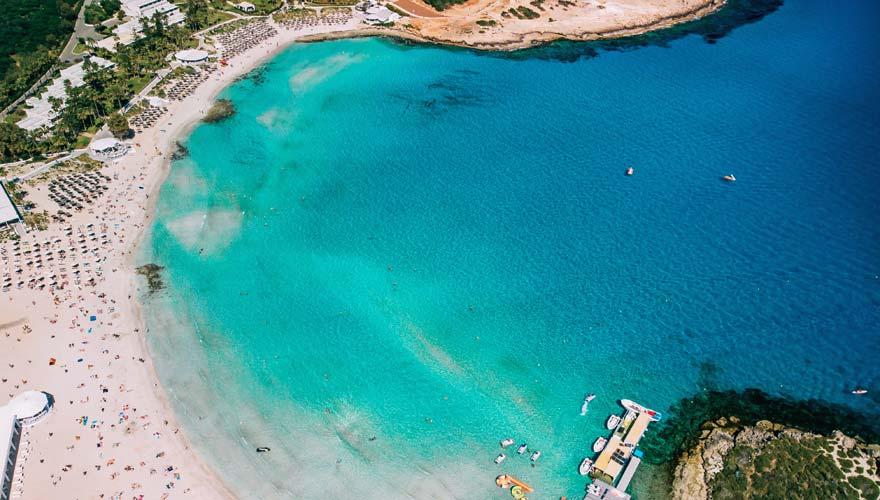 Der beliebte Nissi Strand auf Zypern