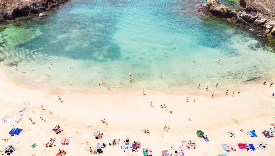 Türkises Wasser und weißer Sand: Der Strand von Papagayo Beach auf Lanzarote