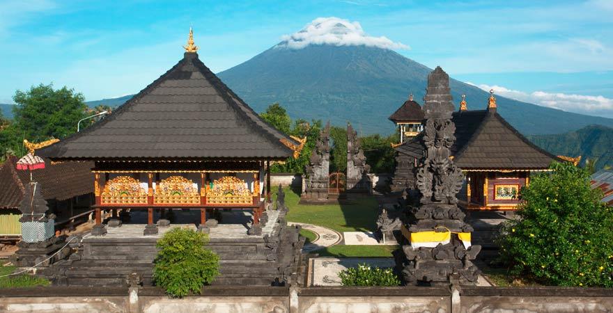 Pura Lempuyang auf Bali - eine spektakuläre Sehenswürdigkeit auf Bali mit Blick auf den Vulkan