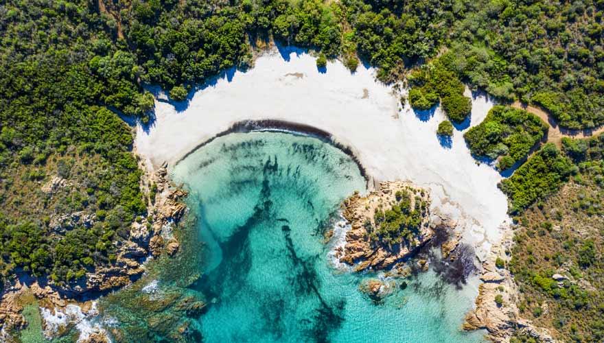 Ein Strand auf Sardinien der königlich anmutet: der Spiaggia del Principe von oben.