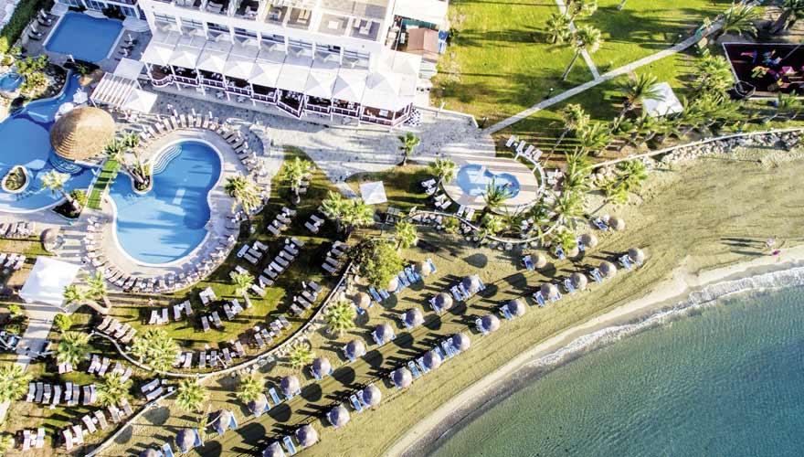 Der Strand vorm The Golden Bay Beach Hotel auf Zypern