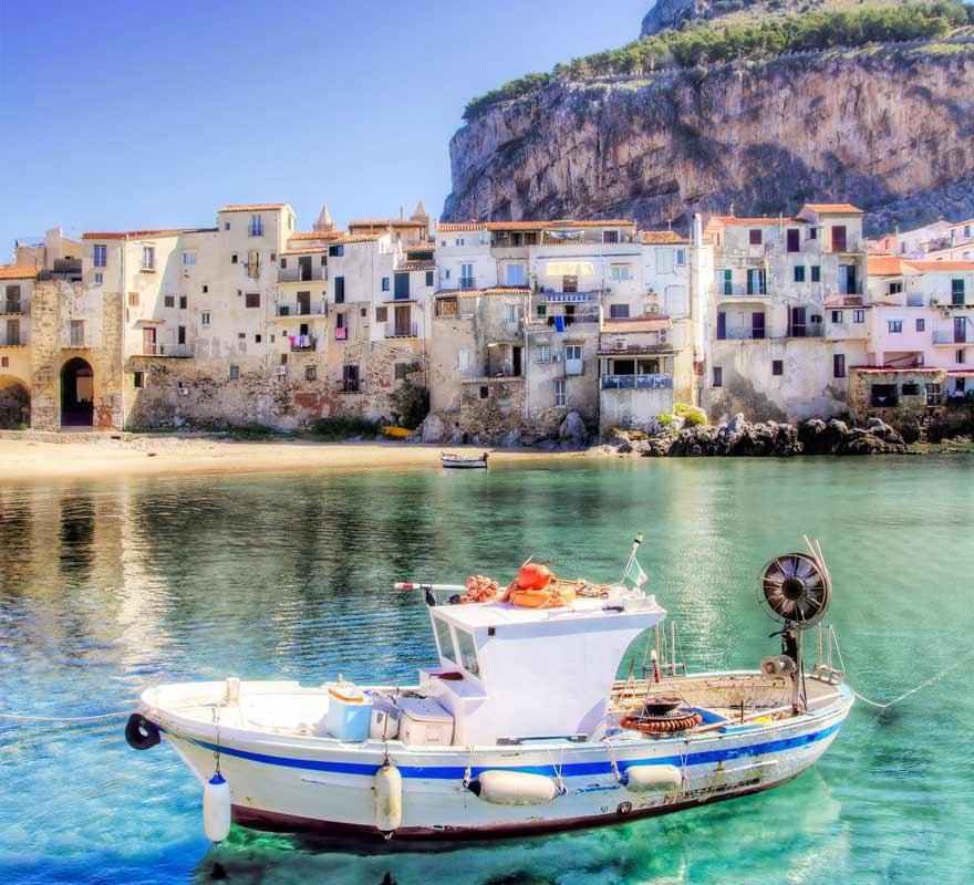 Boot vor Cefalu, Sizilien