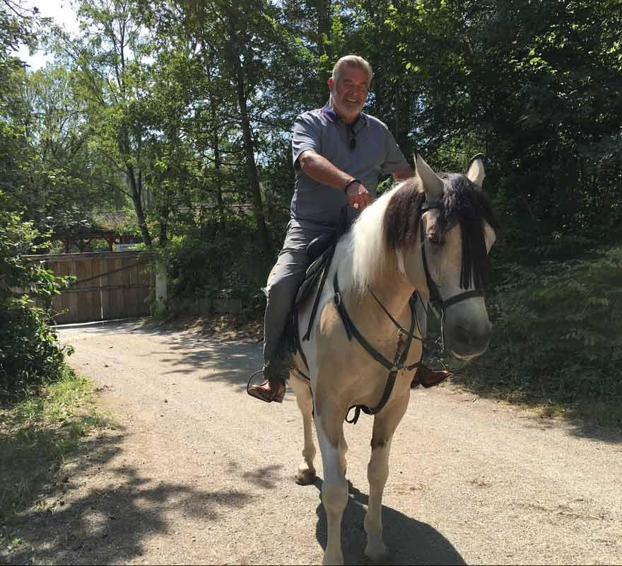 sonnenklar.TV Sommerparty: Harry Wijnvoord bei Reitstunde