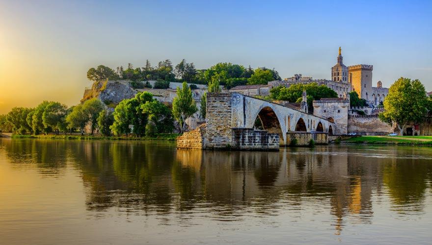Brücke von Avignon mit Papstpalast im Hintergrund