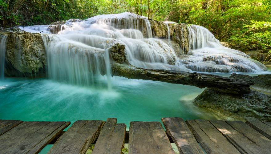 Wanderweg am Erawan Wasserfall im Nationalpark