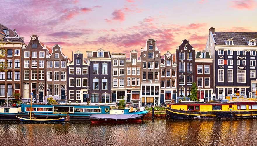 Gracht in Amsterdam mit Hausbooten