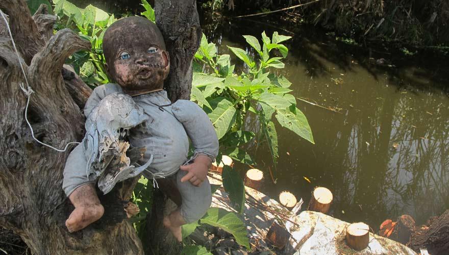 Gruselige Puppe auf Isla de las Munecas in Mexiko