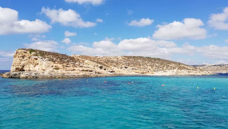 Blaue Lagune auf Comino ist eine beliebte Sehenswürdigkeit auf Malta