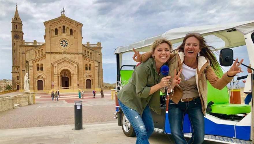 Antonija vor Kirche von ta' Pinu auf Gozo