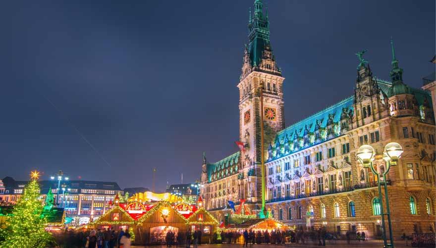Weihnachtsmarkt am Rathausplatz in Hamburg