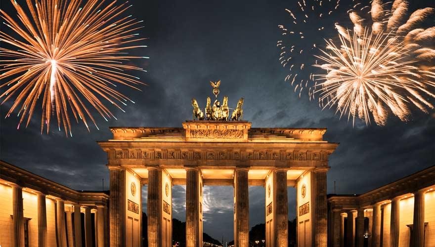 Das Brandenburger Tor in Berlin an Silvester mit Feuerwerk