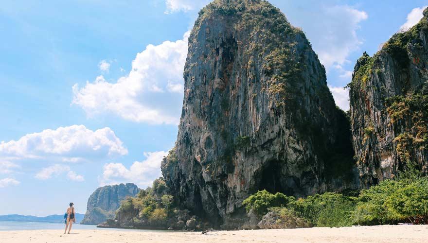 Railay Beach ist dank seiner Felsen einer der schönsten Strände in Thailand