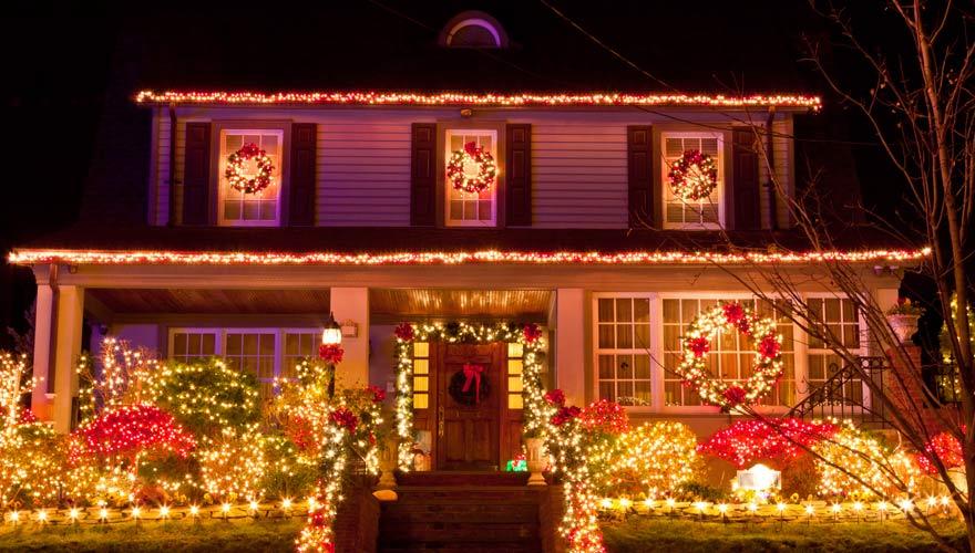 Opulenter Weihnachtsschmuck an einem Haus - typischer Weihnachtsbrauch in den USA