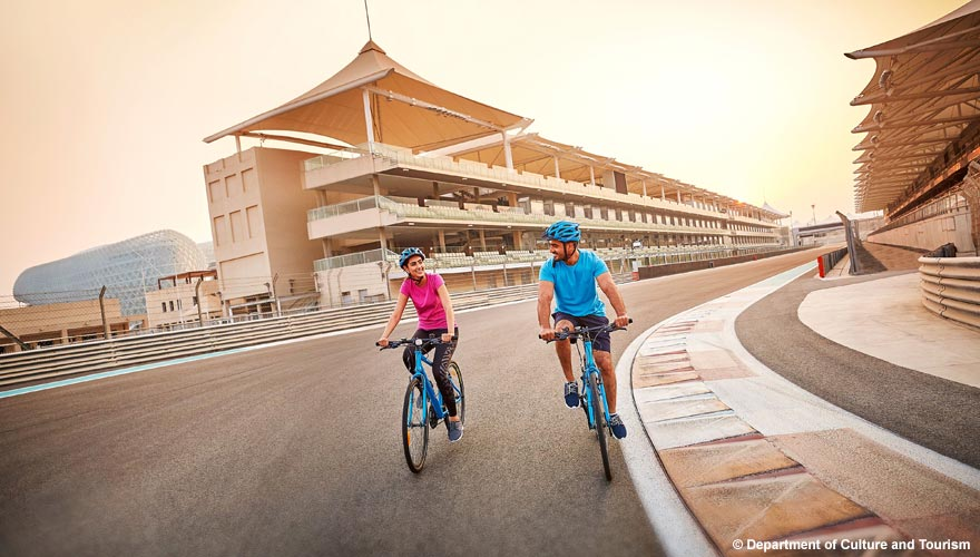 Fahrradfahren auf dem Yas Marina Circuit in Abu Dhabi
