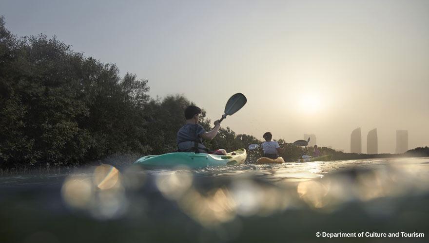 Kajaking im Mangrovenwald des Mangrove National Park in Abu Dhabi
