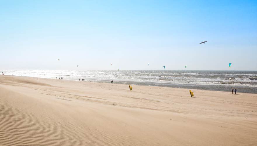 Kitesurfer am Strand von Nordwijk