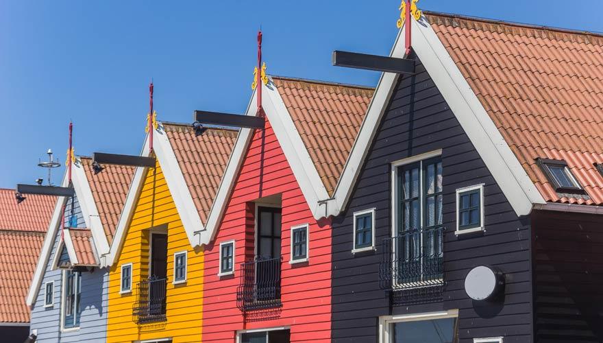 Bunte Häuserzeile am Meer in Zoutkamp