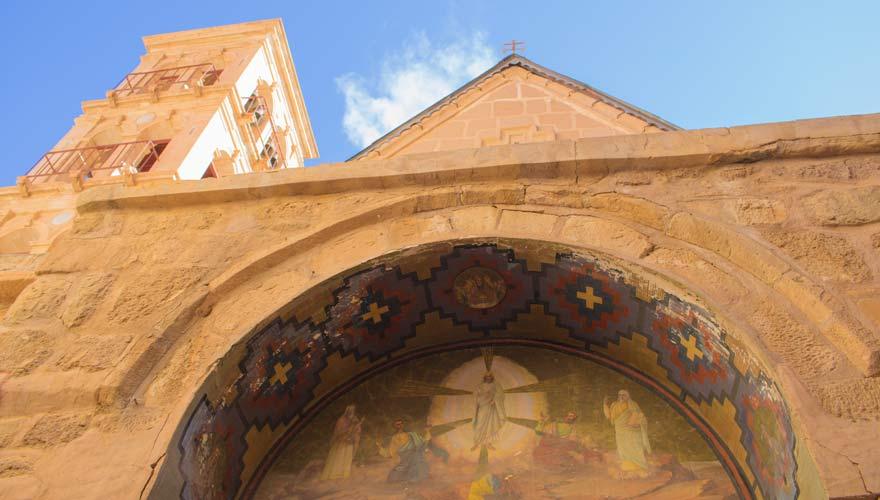 Der Eingang zur Basilika der Verklärung Christi im Katharinenkloster