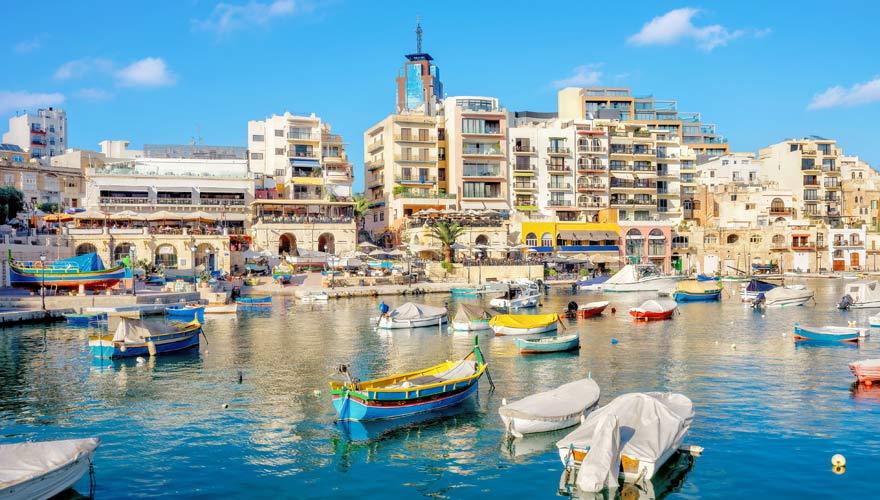 """St. Julian's Bay mit den traditionellen maltesischen Fischerbooten, den """"Luzzus"""""""