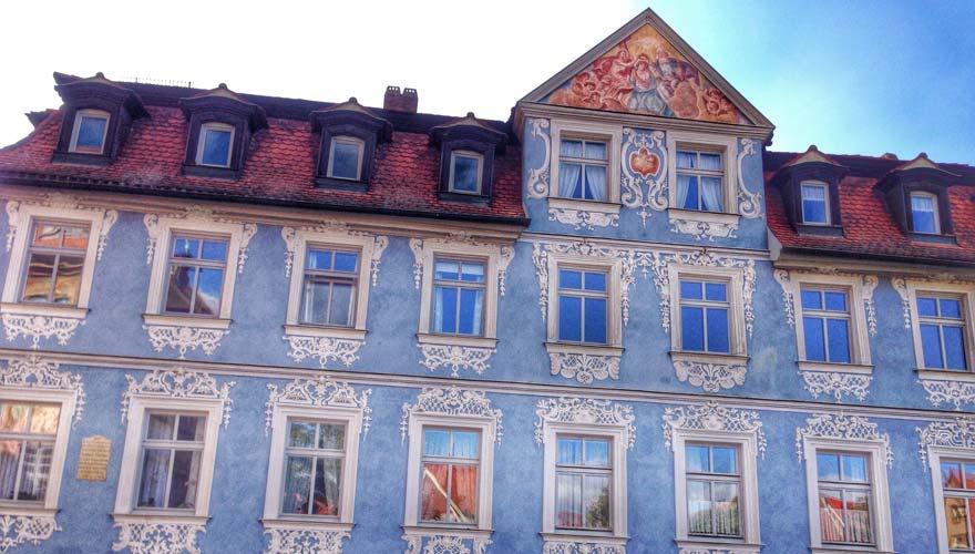 Haus mit schönen Malereien in der Altstadt von Bamberg