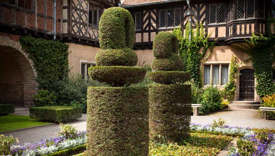 Gartenanlage mit Formschnitt im Schloss Cecilienhof