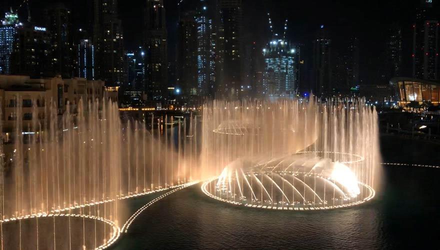 Wasserspiel der Dubai Fountain bei Nacht