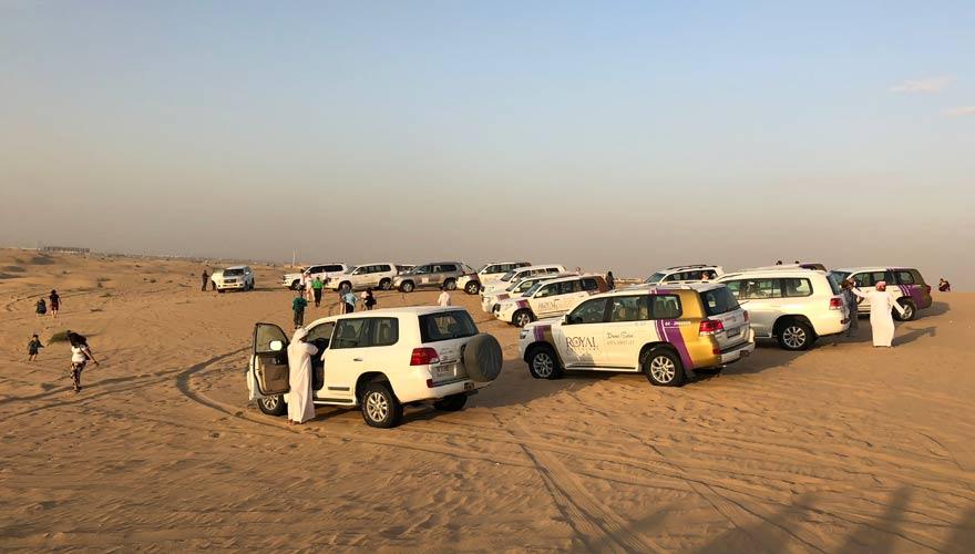 Jeeps während einer Wüstensafari in Dubai
