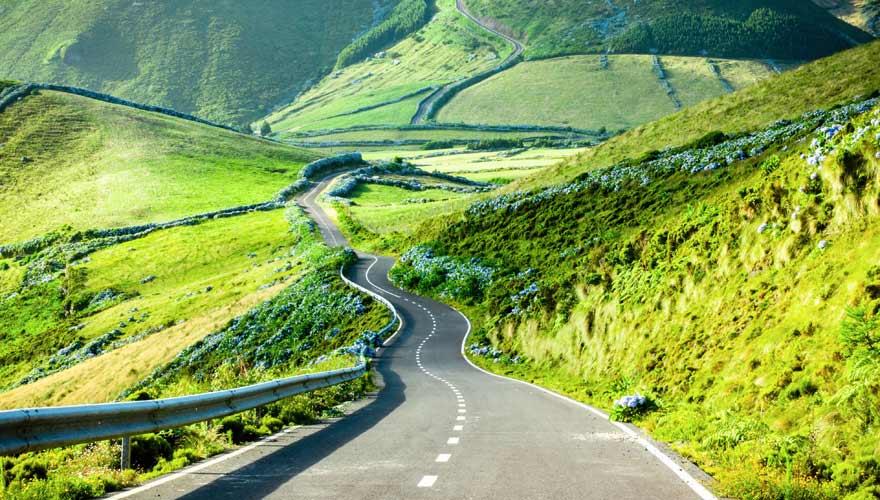 Straße auf der grünen Azoren-Insel Flores