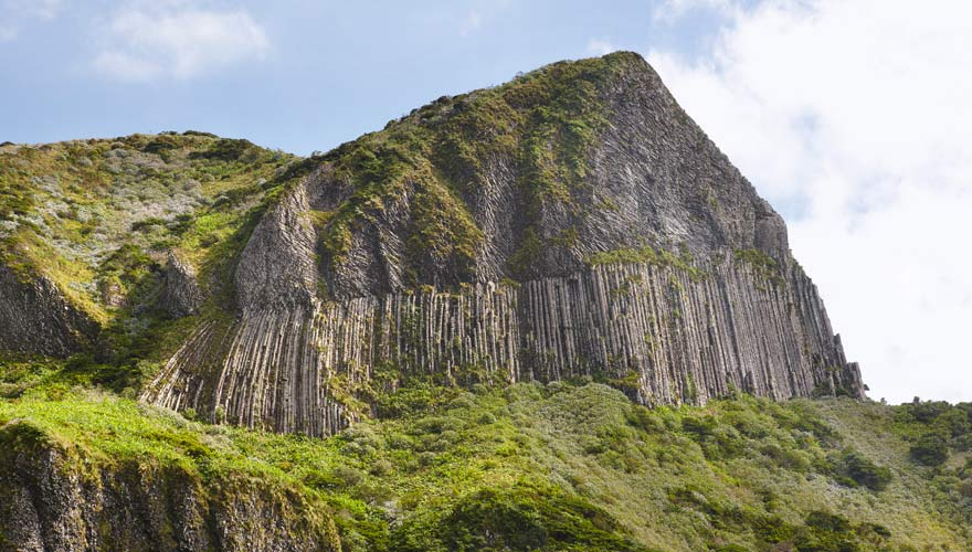 Die Rocha dos Bordoes Felsformation auf Flores, Azoren