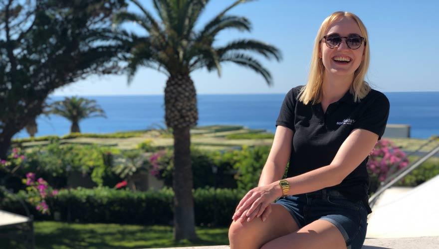 Sarah genießt das Panorama im LABRANDA Rocca Nettuno Tropea