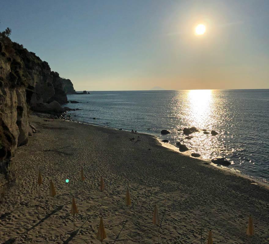 Strand zu Sonnenuntergang im LABRANDA Rocca Nettuno Tropea