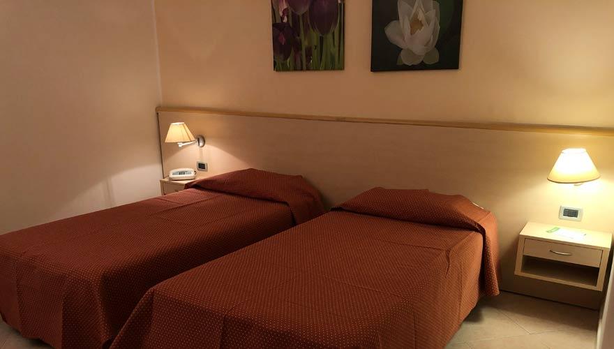 Zimmer mit zwei Einzelbetten im LABRANDA Rocca Nettuno Tropea