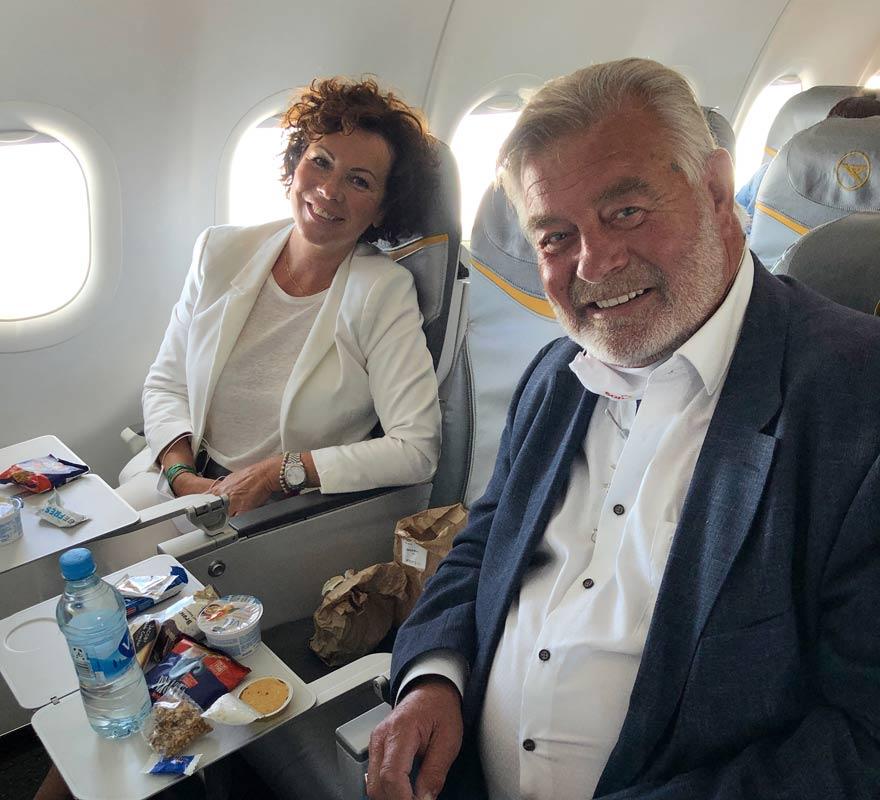 Harry Wijnvoord und Iris Dahlke machen's vor: Im Flugzeug darf man die Maske beim Essen abziehen.