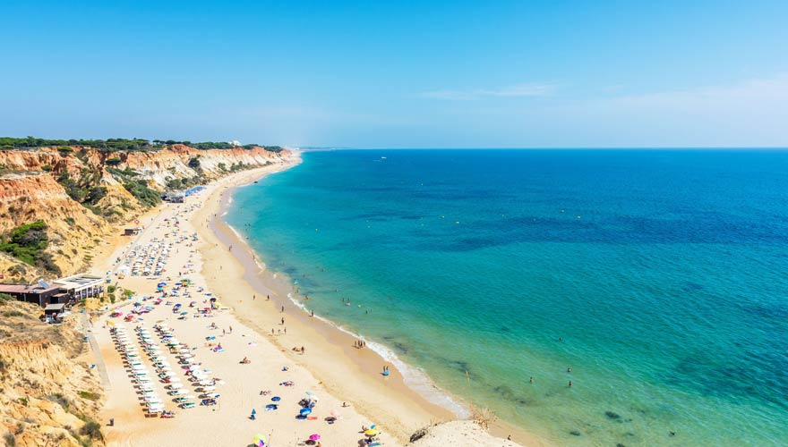 Praia da Falésia bei Albufeira ist einer der längsten Strände an der Algarve