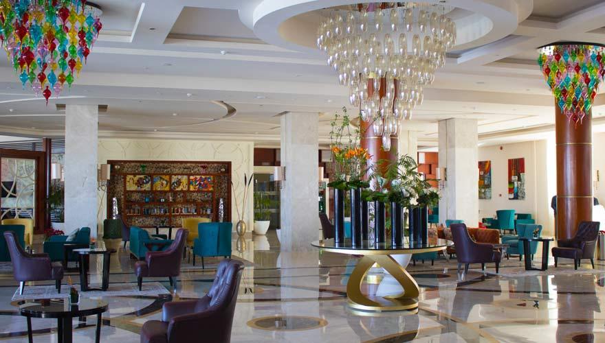 Farbenfrohe Lobby im Royal Albatros Moderna