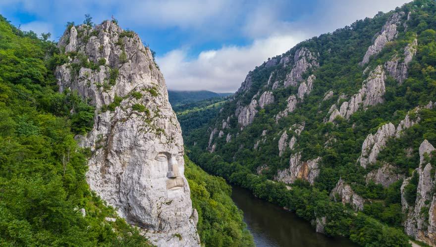Kopf des Decebalus - eine Felskulptur mitten in der Natur Rumäniens
